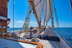 Segelboot auf Segelreise auf dem Meer